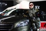 新疆春季车展美艳车模吸引眼球